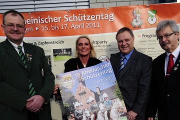 Ulrich Müller vom Rheinischen Schützenbund, Schützenkönigin Regina Ludwig, Bürgermeister Peter-Olaf Hoffmann und BSV-Vorsitzender Rolf Starke (v.l.) präsentieren das Plakat zum Rheinischen Schützentag 2011. Foto: H. Jazyk