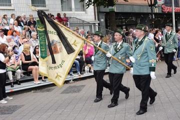 Als Zeichen der Trauer und Verbundenheit mit Willi Loibl zogen die Schützen in Dormagen am Sonntagnachmittag mit Trauerflor an den Fahnen durch die Stadt. Foto: H. Jazyk