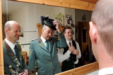 Schon mehr als ein halbes Jahrhundert hat sich Heinz Malzburg (2. v. l.) den Schützen verschrieben. Diese Leidenschaft gab er erfolgreich an seinen Sohn Stefan (l.) und Enkel Tim weiter. Foto: M. Reuter
