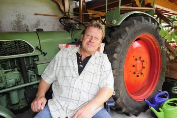 Ein Traktor der Firma Eicher aus dem Jahr 1961 steht im Carport des Autonarren Udo Bünz. Die NGZ hat den Schützenkönig in seinem Garten besucht. Foto: H. Jazyk