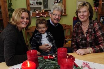 Familie Starke lebt gern in Dormagen-Mitte: Rosi und Rolf Starke mit ihrer Tochter Katrin Conrady und Enkel Anton. Foto: H. Jazyk
