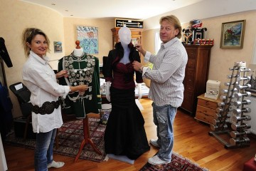 Heike und Udo Bünz zeigen die königliche Uniform mit der Kette und das Kleid, das die Dormagener Schützenkönigin vorige Woche beim Besuch in Horrem getragen hat. Die Kleider für Dormagen sind noch geheim. Foto: Hans Jazyk