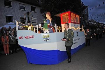 """Elf Fackeln präsentierte das Regiment am Samstagabend (22.06.2012) den zahlreichen Zuschauern in Dormagen-Mitte. Viel Beifall gab es für die dem """"Piwipper Böötchen"""" nachempfundene """"MS Heike"""", das die """"Rheinfelder Schützen"""" wie auf sanften Wellen voranschoben. Foto: Jazyk, Hans"""
