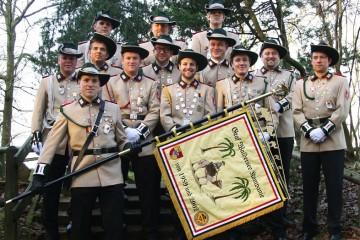 """Die Graf Waldersee Kompanie """"Jung Söck"""" wird beim Dormagener Schützenfest erstmals mit eigener Standarte antreten. Die 13 Mitglieder um den Vorsitzenden Patrick Warstat (2.v.r.) feiern ihr zehnjähriges Zugbestehen. Foto: BSV Dormagen"""
