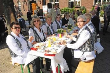 Die Senioren-Tanzgruppe war mit acht Damen bei den 220 Teilnehmern des ersten Charity-Frühstücks der Bürgerstiftung auf dem Platz vor dem Historischen Rathaus mit dabei. LInks die älteste Tänzerin, Marga Krzyzaniak (83). Foto: Hans Jazyk
