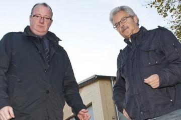 Rolf Starke (r.), Präsident des Bürger-Schützen-Vereins, und Kai Weber, Schatzmeister der KG Ahl Dormagener Junge, müssen mit Kürzungen leben. Foto: S. Büntig