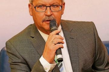 Antwortete auf die Fragen von NGZ-Redaktionsleiter Ludger Baten: BSV-Chef Rolf Starke beim Talk auf dem blauen NGZ-Sofa in der VR Bank. Foto: H. Jazyk