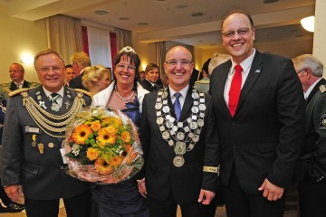 Bürgermeister Peter-Olaf Hoffmann mit dem Königspaar Jocky und Heike sowie Stadtkämmerer Kai Uffelmann. Foto: Jazyk, Hans