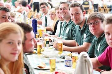 """Das späte Schützenfest-Frühstück am Montag im Festzelt hat Tradition: Der neue Bürgermeister Erik Lierenfeld (4. v. r.) sitzt mit seinem Jägerzug """"Vier Winden"""" an einer langen Tafel. FOTO: Linda Hammer"""