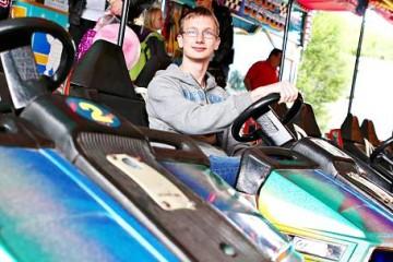 Mit 20 Euro in der Tasche macht sich Pierre Pape auf den Weg über den Kirmesplatz. Schnell stellt der 14-Jährige fest: Das Geld kann man mühelos in einer guten halben Stunde ausgeben. FOTO: Linda Hammer