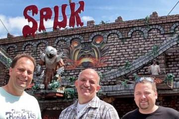 """Drei vom Kirmesplatzausschuss des BSV Dormagen vor der Geisterbahn """"Spuk"""" (v.l.): Guido Loibl, Uwe Kosbab und Patrick Warstat. FOTO: A. Tinter"""