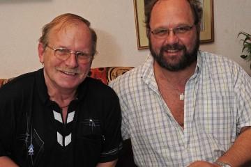 Gemeinsam erinnern sie sich gerne an ihre Regentschaftszeit: Klaus (l.) und Ingo Bouvelet, Dormagens erstes homosexuelles Königspaar. Foto: H. Jazyk