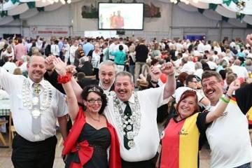 Rolf und Angelika Schlömer (M.) freuen sich auf das WM-Spiel. FOTO: Hammer, Linda (lh)