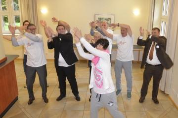 Bettina Heßler aus der Tanzschule Reißer machte vor und Organisatoren und Sponsoren bewegten sich mit. FOTO: Stadt