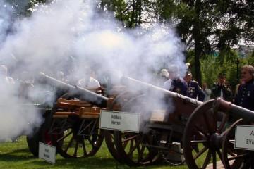 Es knallt und raucht: Wenn die Böllerschützen ihre Kanonen abfeuern, ist das immer ein prächtiges Schauspiel, wie hier auf dem Platz am Dormagener Schützenhaus. Dafür müssen Sicherheitsstandards eingehalten werden. FOTO: On