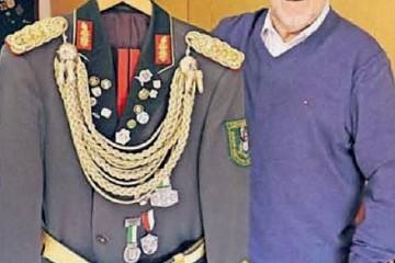 Unter anderem zehn vollständige Uniformen nennt Sammler Heinrich Krosch sein Eigen. Foto: mar