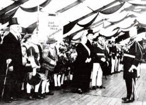 Foto: Archiv BSV - Schützenfest 1935, Stiftung einer Standarte für die Edelknaben an Schützenchef Heinrich van Achten. Stifter Fr. Adler, J. van Achten, Major J. Malzkorn (Edelknabe mit Hut i.d. Hand H. Richartz).