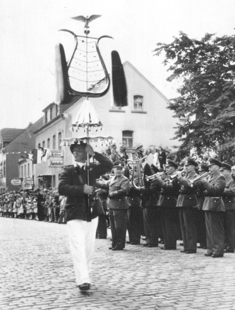 """1.Träger des neuen Schellenbaumes Heinrich Kurth, Zug """"Vier Winden""""  (ca. 1955 bis 1960)"""