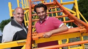 """Die ersten Handgriffe für die Achterbahn sind schon erledigt. Kirmesplatz-Architekt Uwe Kosbab im Gespräch mit den Betreibern von """"Vorlop"""". FOTO: A. Tinter"""