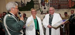Schützen-Chef Rolf Starke (l.) schenkte Uwe und Petra Heier 2012 auf der Bühne ein Udo-Jürgens-Konzert - zu 40 Jahre BSV-Mitgliedschaft. FOTO: Jazyk