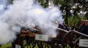 """Pulverdampf bei Artilleriekanonen auf dem Dormagener Schützenplatz. Die Mitglieder der IG Pulver """"Rheinland"""" unterstützen sich gegenseitig. FOTO: ON"""