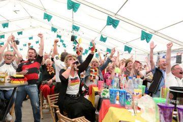 So jubelten die Hackenbroicher und ihre Gäste im Festzelt vor zwei Jahren bei der Fußball-WM. Auch dieses Jahr gucken Schützen Fußball. FOTO: L. Hammer