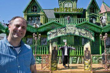 "Guido Loibl vom Festkirmes-Arbeitskreis präsentierte gestern neben ""Dr. Lehmanns Horror Lazarett"" (l.) den ""Fuzzy Lachsaloon"" (r.o.) sowie das Octopussy-Fahrgeschäft inklusive Papierkorb in Kraken-Optik (r.u.). FOTO: Anja Tinter"