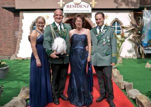 Das neue Königspaar Uwe II. und Inge Kosbab mit den Kindern Patrick und Bianka. Die Familie fühlt sich dem Ortsteil Rheinfeld sehr verbunden, dessen Dorfcharakter sie schätzt. FOTO: A. Tinter