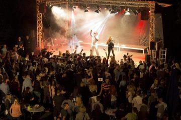 """Gute Stimmung herrschte bei der Sommerparty des BSV am Schützenhaus Dormagen: """"Captain Jack"""" brachte den Zuhörern am Abend seine 1990er-Jahre-Hits und Coversongs näher. FOTO: S. Pototzki"""