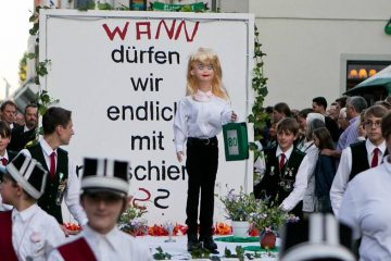 Die Edelknaben haben beim Fackelzug 2015 gefragt, wann Frauen beim BSV Dormagen mitmarschieren dürfen. FOTO: Anja Tinter