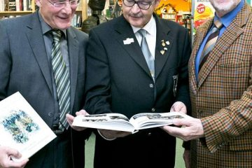 BSV-Chef Rolf Starke (M.) mit den beiden Autoren des fast 300 Seiten starken Buchs, Heinrich Krosch (r.) und Heinz Pankalla. FOTO: Anja Tinter