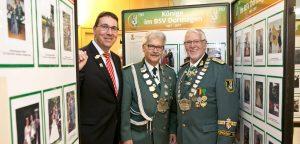 Sparkassen-Generalbevollmächtigter Carsten Proebster mit BSV-Chef Rolf Starke und Ehrenvorsitzendem Heinrich Krosch (v.l.) in der Ausstellung. FOTO: A. Tinter