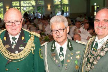 """Oberst Hans-Jakob """"Jacky"""" Luckas (l.), Vorsitzender Rolf Starke und Schützenkönig Uwe Kosbab bei der Generalversammlung des BSV. FOTO: Georg Salzb"""