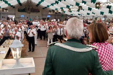 Schützen applaudieren ihrem Chef-Paar Rolf und Rosi Starke. FOTO: cw-