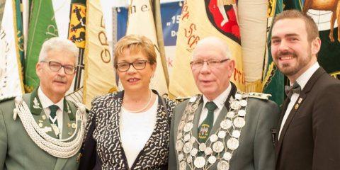 BSV-Vorsitzender Rolf Starke (l.) beim Jubiläums-Festkommers mit Königspaar Hans-Theo und Elke Richrath sowie Schirmherr Erik Lierenfeld (r.). FOTO: Salz