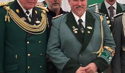 2017 wurde Hans-Arnold Heier (3.v.l.) zum Hauptmann befördert. FOTO: cw