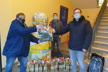BSV-Jugendwartin Claudia Michen und Schützenkönig Willi II. Beivers übergeben Marco Gillrath (Leiter des Raphaelshauses) einige der Geschenktüten