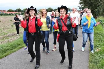 """Der Dormagener Schützenverein motivierte alle Sportbegeisterten zum Mitmarschieren beim """"Marching Flashmob"""", der am Schützenplatz startete. Ein begleitender Musikwagen animierte zusätzlich zur Bewegung. FOTO: LINDA HAMMER"""